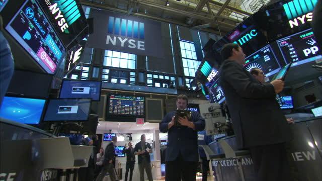 vídeos y material grabado en eventos de stock de interior shots of new york stock exchange city traders looking at monitors featuring stock prices on the floor of the exchange on 20 april 2017 in... - bolsa de nueva york