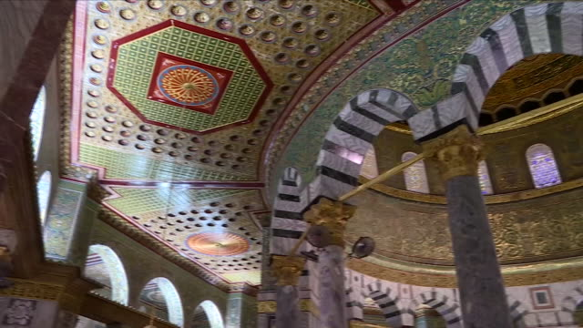stockvideo's en b-roll-footage met interior shots of on the dome of the rock located on the temple mount in the old city of jerusalem 28 june 2018 in jerusalem israel - rotskoepel