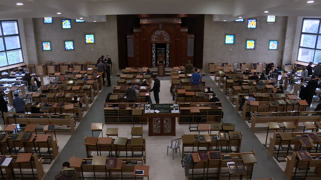 stockvideo's en b-roll-footage met interior shots of orthodox jewish men in a synagogue studying and praying on 15 february 2017 in ramallah israel - orthodox jodendom