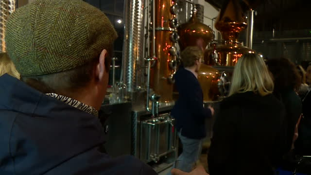 vídeos y material grabado en eventos de stock de interior shots of people being given a guided tour of east london liquor company gin distillery on 16 december 2017 in london united kingdom - gin tonic