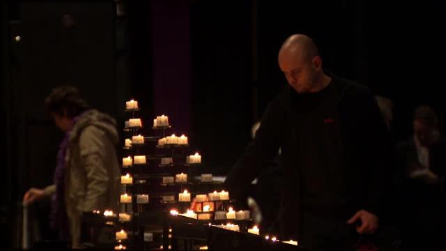 vídeos y material grabado en eventos de stock de interior shots of people lighting candles and signing condolence book at kaiser wilhelm memorial church on december 20 2016 in berlin germany - iglesia conmemorativa del emperador guillermo
