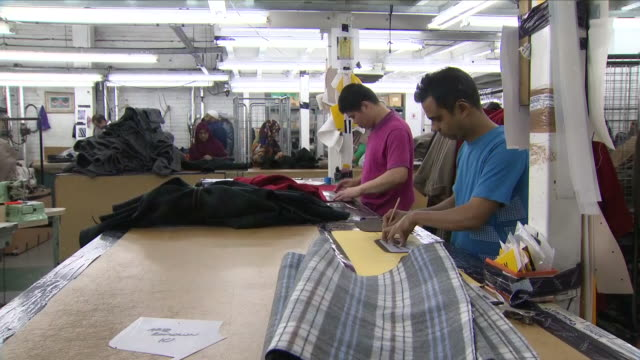 vídeos y material grabado en eventos de stock de interior shots of people working in a textile factory, ironing, sewing and producing textile goods on the 18th september 2018 in hackney, united... - hackney