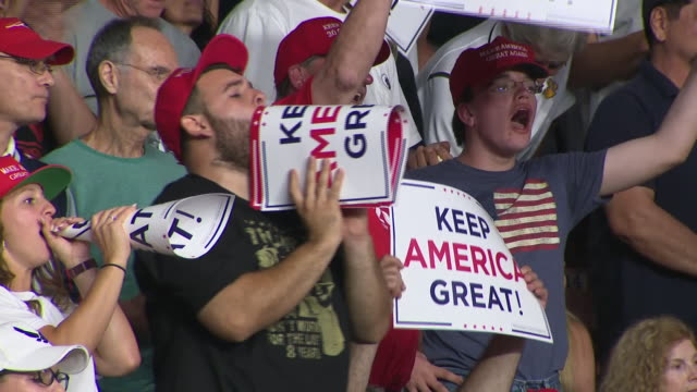 vídeos de stock e filmes b-roll de interior shots of president donald trump making a speech to cheering supporters at a 'keep america great' rally ahead of the 2020 presidential... - comício político