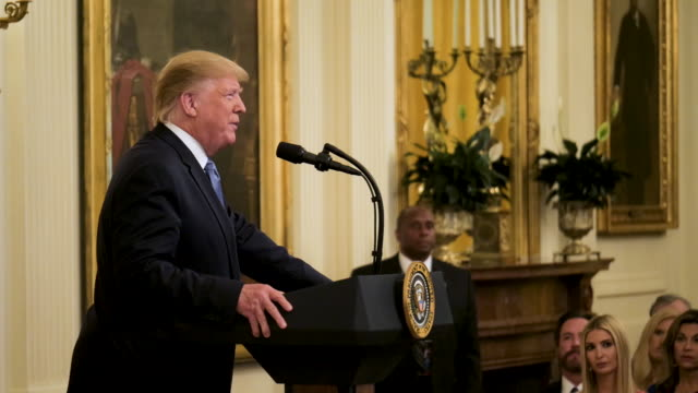vidéos et rushes de interior shots of president donald trump speaking at a podium as a monitor displays the script on climate change on 29 july 2019 in washington dc... - pupitre