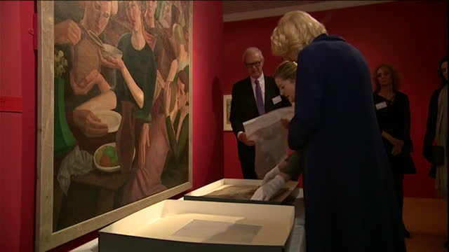interior shots of prince charles and camilla, duchess of cornwall visiting the potteries museum and art gallery and looking at one of the artworks... - 王室点の映像素材/bロール