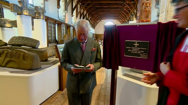 interior shots of prince charles being presented with a replica of st cuthbert's pectoral cross to commemorate his visit to durham cathedral before... - イングランド ダラム点の映像素材/bロール