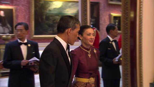 vídeos y material grabado en eventos de stock de interior shots of prince charles camilla duchess of cornwall greet prince maha vajiralongkorn and princess srirasmi of thailand at the sovereign... - palacio de buckingham