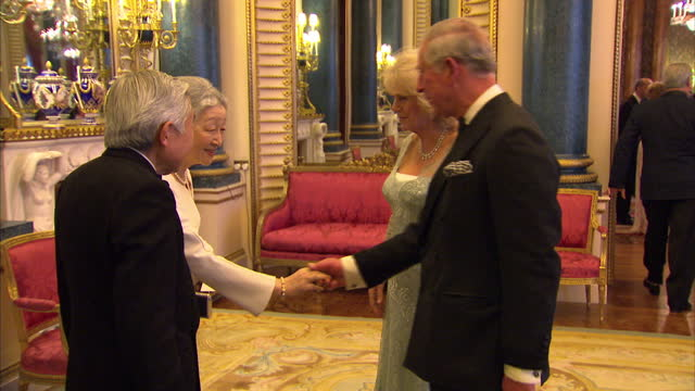 vídeos y material grabado en eventos de stock de interior shots of prince charles camilla duchess of cornwall greet emperor akihito and empress michiko of japan at sovereign dinner prince charles... - 2012