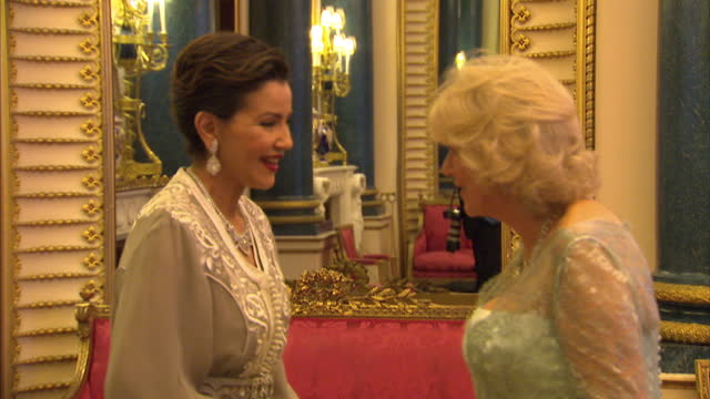 vídeos y material grabado en eventos de stock de interior shots of prince charles camilla duchess of cornwall greeting princess lalla meryem of morocco at the sovereign dinner prince charles camilla... - 2012