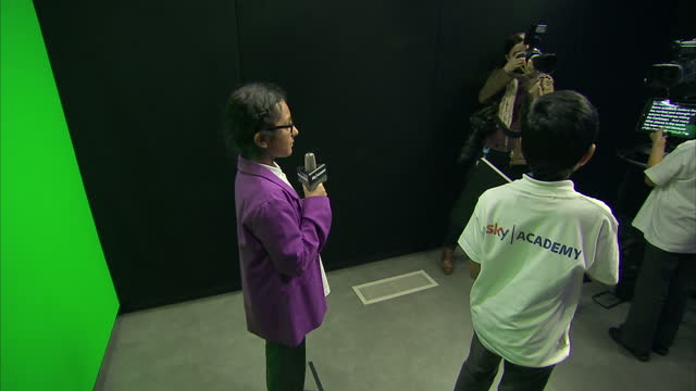 interior shots of prince charles visiting the sky academy studios and meeting a group of school children making their own mini news report in one of... - エイモン ホームズ点の映像素材/bロール