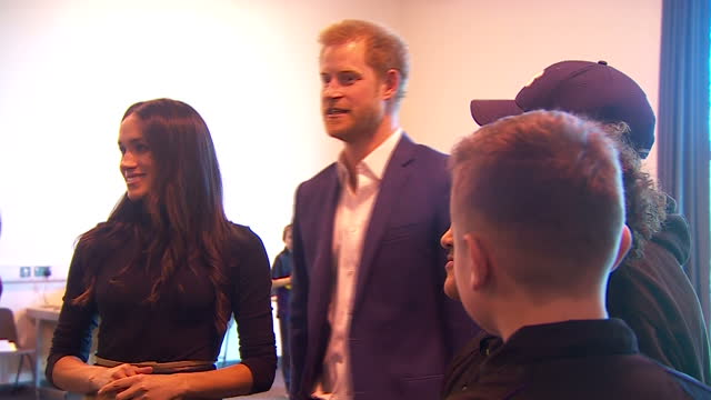 interior shots of prince harry and meghan markle meeting schoolchildren during a visit to nottingham academy to see the work of the full effect... - ノッティンガム点の映像素材/bロール