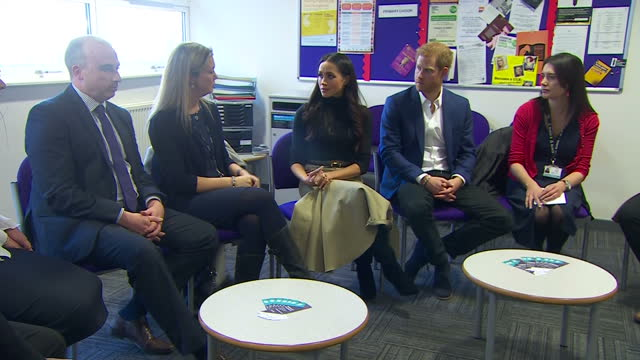 vídeos y material grabado en eventos de stock de interior shots of prince harry and meghan markle meeting with head teachers at nottingham academy to hear about the work of the full effect programme... - 2017
