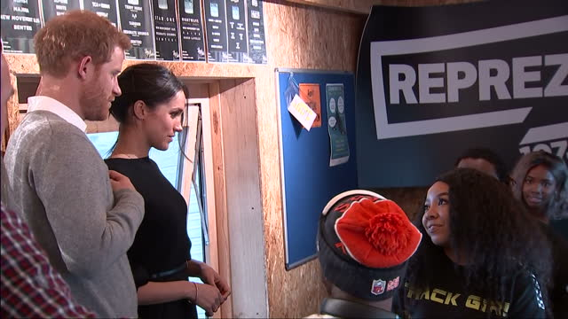 stockvideo's en b-roll-footage met interior shots of prince harry and meghan markle visiting the studios of reprezent fm in brixton and meeting members of staff on january 09 2018 in... - prins koninklijk persoon
