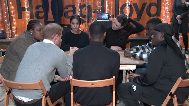 vídeos de stock, filmes e b-roll de interior shots of prince harry and meghan markle visiting the studios of reprezent fm in brixton and meeting members of staff on january 09 2018 in... - brixton