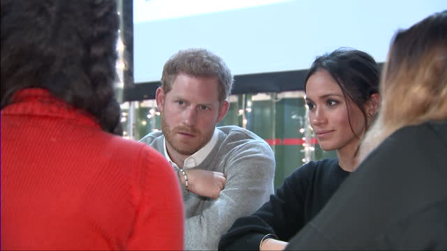 vídeos de stock, filmes e b-roll de interior shots of prince harry and meghan markle visiting the studios of reprezent fm in brixton and meeting members of staff on january 09 2018 in... - realeza britânica