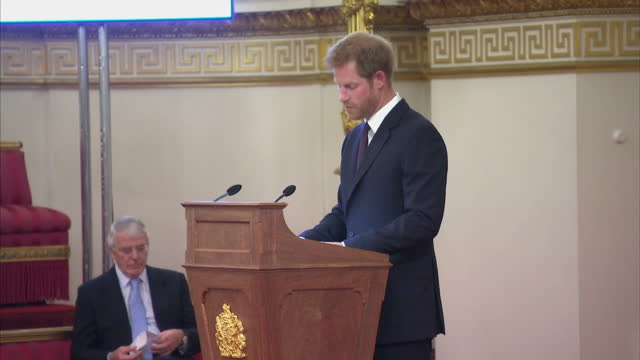 interior shots of prince harry making a speech during the queen's young leaders awards ceremony, speaking about the challenges young people face... - 式典点の映像素材/bロール