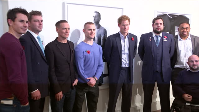 vidéos et rushes de interior shots of prince harry singer bryan adams meeting wounded serviceman at photography exhibition wounded the legacy of war on november 11 2014... - bryan adams