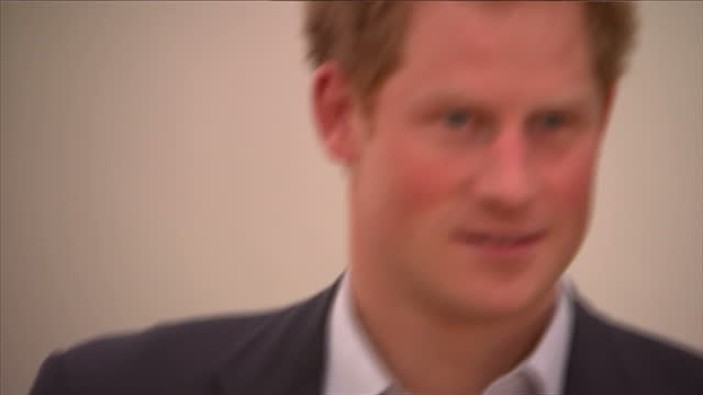 vidéos et rushes de interior shots of prince harry with singer bryan adams at private view of wounded the legacy of war at somerset house on november 11 2014 in london... - bryan adams
