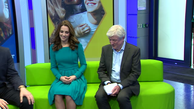 vídeos de stock, filmes e b-roll de interior shots of prince william and catherine duchess of cambridge on a visit to the bbc to promote an anti-cyber bullying drive on 15 november 2018... - bbc