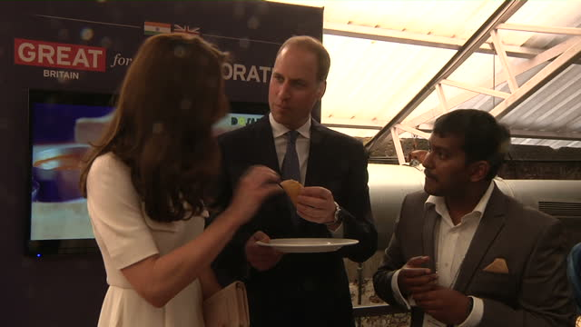 vidéos et rushes de interior shots of prince william and catherine duchess of cambridge sampling a dosa a kind of pancake on april 11 2016 in delhi india - monarchie anglaise
