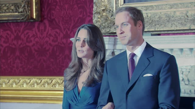 vídeos de stock e filmes b-roll de interior shots of prince william & kate middleton enter room and pose for photographers. interior shots of william & kate answering press questions... - casamento