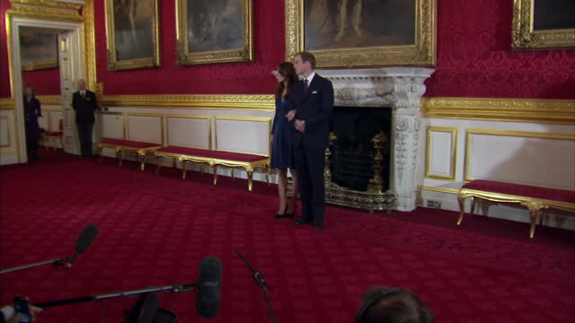 vidéos et rushes de interior shots of prince william kate middleton posing for photographs and answering questions regarding their engagement prince william kate... - fiançailles