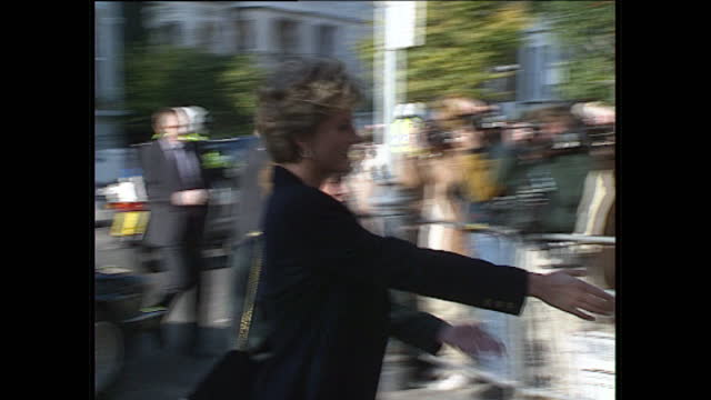 vídeos y material grabado en eventos de stock de interior shots of princess diana arriving at centrepoint house car pulls up princess diana gets out of car and greets people london on 19th october... - 1993