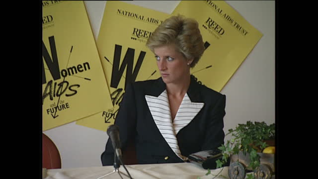 interior shots of princess diana arriving at the women & aids conference organised by the national aids trust on may 16, 1990 in england. - プリンセス点の映像素材/bロール