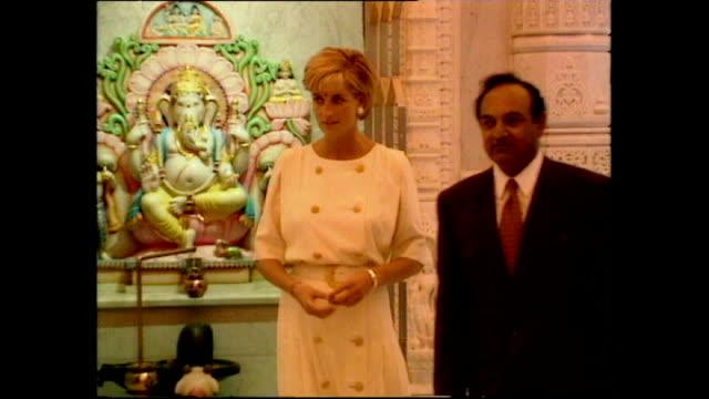 vidéos et rushes de interior shots of princess diana looking around shri swaminarayan mandir hindu temple on june 06 1997 in london england - robe blanche