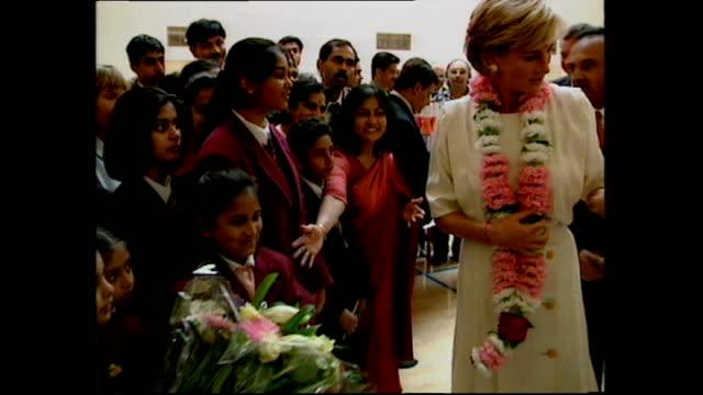 vidéos et rushes de interior shots of princess diana meeting children on her visit to shri swaminarayan mandir hindu temple on june 06 1997 in london england - robe blanche