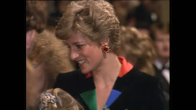 interior shots of princess diana, princess of wales meeting children from the chicken shed theatre company, of which she is patron, at the empire... - プリンセス点の映像素材/bロール