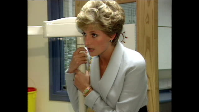 vidéos et rushes de interior shots of princess diana, princess of wales, visiting mortimer market centre to visit aids dental clinic for world aids day and chatting,... - sida