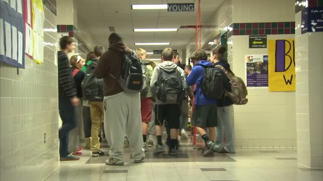 interior shots of pupils walking through school corridors in groups on april 29 2014 in chicago united states - gymnasium bildbanksvideor och videomaterial från bakom kulisserna