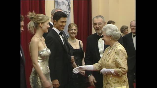 """interior shots of queen attending the """"die another day"""" film premiere in royal albert hall on 18 november 2002 in london, united kingdom - 007 ダイ・アナザー・デイ点の映像素材/bロール"""