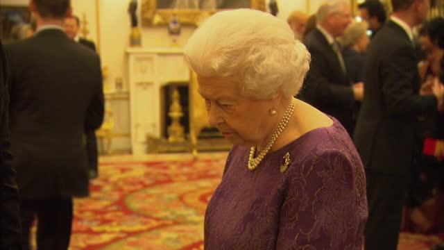 vídeos y material grabado en eventos de stock de interior shots of queen elizabeth ii and prince philip duke of edinburgh meeting guests at a reception to mark the launch of the uk-india year of... - 2017