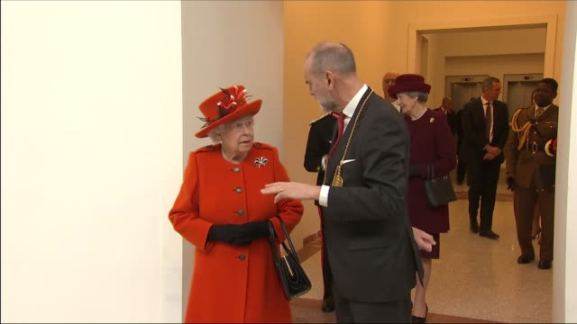 vídeos de stock, filmes e b-roll de interior shots of queen elizabeth ii being shown around and walking through rooms at the royal academy of arts with christopher le brun president of... - royal academy of arts