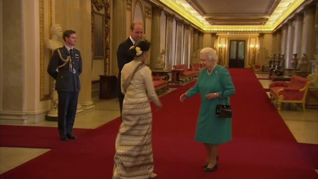 vídeos y material grabado en eventos de stock de interior shots of queen elizabeth ii greeting aung san suu kyi at buckingham palace accompanied by prince william on may 05 2017 in london england - palacio interior