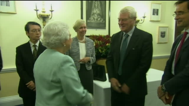 interior shots of queen elizabeth ii meeting lord ashdown paddy ashdown and talking to delegates in chatham house on november 18 2014 in london... - paddy ashdown stock-videos und b-roll-filmmaterial