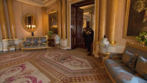 interior shots of queen elizabeth ii receiving the president of cyprus, nicos anastasiades at buckingham palace in london on 6 march 2019, united... - innenaufnahme stock-videos und b-roll-filmmaterial