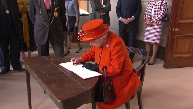 vídeos de stock, filmes e b-roll de interior shots of queen elizabeth ii signing documentation for the official opening of burlington gardens at the royal academy of arts on 20th march... - royal academy of arts
