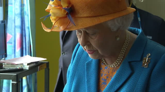 vídeos de stock, filmes e b-roll de interior shots of queen elizabeth ii visiting manchester terror attack victims in the royal manchester children's hospital on 25th may 2017... - 2017