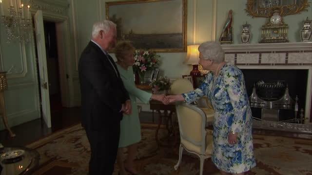 vídeos de stock, filmes e b-roll de interior shots of queen elizabeth receiving the outgoing governor general of canada david johnson and his wife sharon johnson at buckingham palace on... - 2017