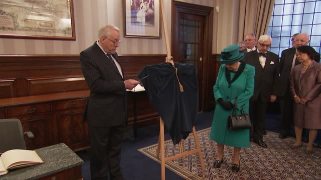 vidéos et rushes de interior shots of queen elizabeth unveiling a plaque in the members lounge and signing a book at the royal philatelic society on 26 november 2019 in... - collection