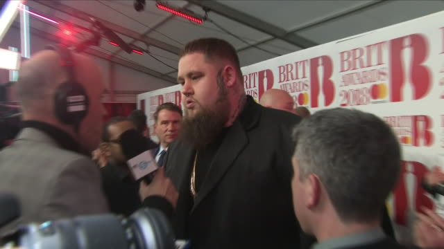 interior shots of rag n' bone man aka rory charles graham on the red carpet before the 2018 brit awards on 23 march 2018 in london united kingdom - lappen reinigungsgeräte stock-videos und b-roll-filmmaterial