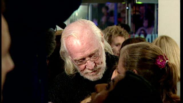 stockvideo's en b-roll-footage met interior shots of richard harris speaking to press at premiere of harry potter and the philosopher's stone on november 4 2001 in london england - harry potter naam kunstwerk