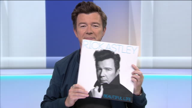 vídeos de stock, filmes e b-roll de interior shots of rick astley talking about his new album and explaining rickrolling in an interview with sky's sarahjane mee on 23 july 2018 in... - título de álbum