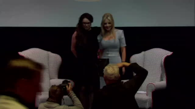 stockvideo's en b-roll-footage met interior shots of sarah brightman and carol vorderman posing together on stage after a press conference>> on march 10 2015 in london england - carol vorderman