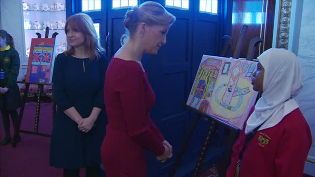 vídeos y material grabado en eventos de stock de interior shots of sophie, countess of wessex meeting a schoolgirl competition winner in a contest for children to produce a drawing of 'the queen's... - concurso television