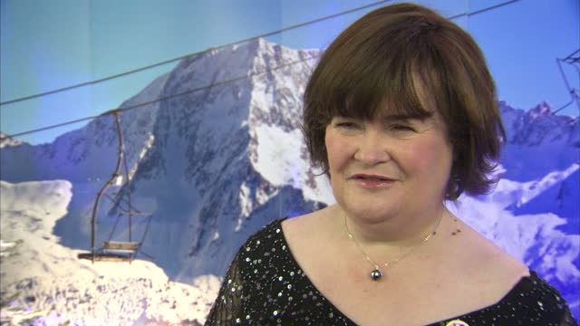 interior shots of susan boyle speaking about her single o come, all ye faithful and what it was like to sing on the record with elvis, and her being... - スーザン ボイル点の映像素材/bロール