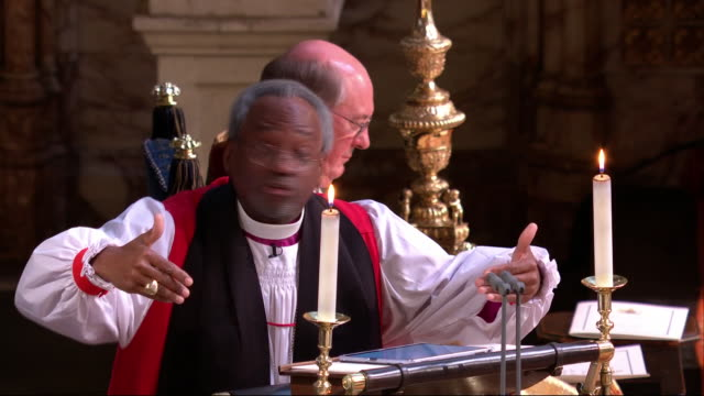 vidéos et rushes de interior shots of the bishop michael curry's speech from the royal wedding of prince harry and meghan markle with cutaways to the royal couple and... - chapelle